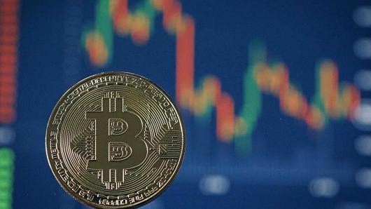 """Bitcoin có lúc rớt mốc 7,600 USD, thị trường tiền ảo """"bốc hơi"""" hơn 60 tỷ USD"""